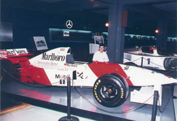 Aren detras de su admirado Mclaren MP4/10 Mercedes